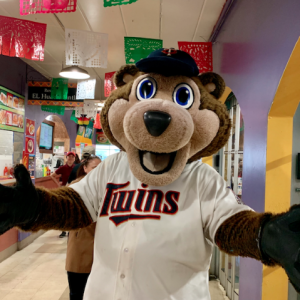 LOS MINNESOTA TWINS VISITAN MERCADO CENTRAL